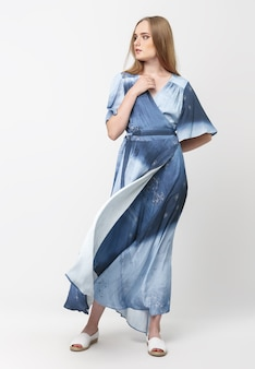 Longitud total de una joven elegante con un vestido de verano azul claro
