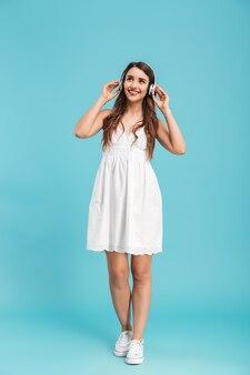 Longitud total de una mujer joven sonriente en vestido de verano
