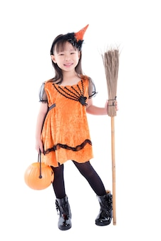 Longitud total de la niña con bruja traje de halloween de pie con la escoba