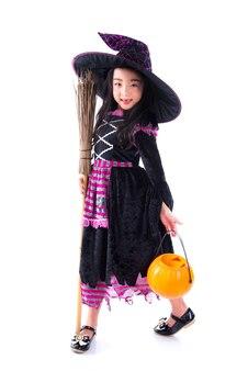 Longitud total de la pequeña bruja asiática con una escoba