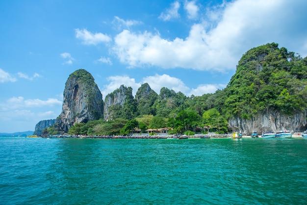 Longtail barcos anclados cerca de la gran montaña en la isla de hong en la provincia de krabi thailan