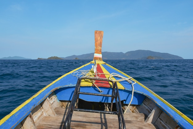 Longtail boat en el mar en la isla de lipe