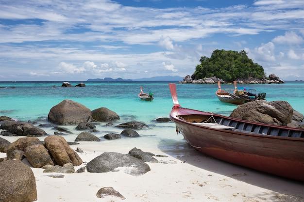 Longtails en la playa de la salida del sol, isla lipe, tailandia.