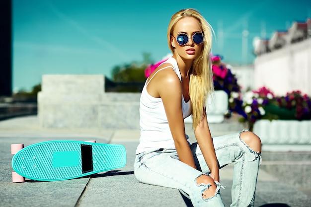 Look de alta moda glamour elegante sexy hermosa joven rubia modelo chica en ropa de hipster casual brillante de verano