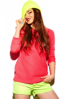 Look de alta moda glamour elegante sexy hermosa morena joven modelo en tela brillante hipster de verano en gorro amarillo