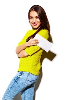 Look de alta moda glamour elegante sexy sonriente hermosa joven modelo en tela de hipster casual amarillo brillante de verano con bolso de embrague