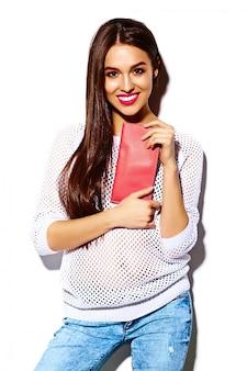 Look de alta moda glamour elegante sexy sonriente hermosa joven modelo en tela de hipster casual blanco brillante de verano con bolso colorido