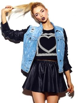 Look de alta moda glamour elegante sexy sonriente hermosa joven rubia modelo en verano brillante jeans hipster paño en gafas de sol