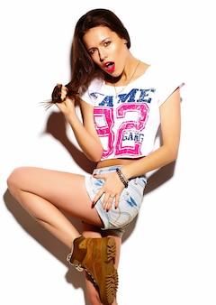 Look de alta moda modelo glamour elegante y bella mujer joven con labios rojos en tela brillante colorido hipster de verano