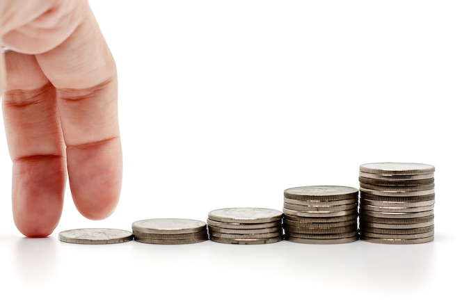 Los dedos en movimiento subir la escalera de monedas