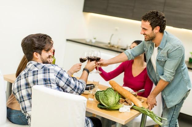 Los jóvenes comen en el comedor de la casa moderna