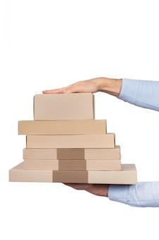 Lote de cajas en manos masculinas aisladas sobre fondo blanco. servicio de entrega. marco vertical