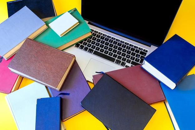 Lote de libros portátil fondo negro portátil viejo multicolor