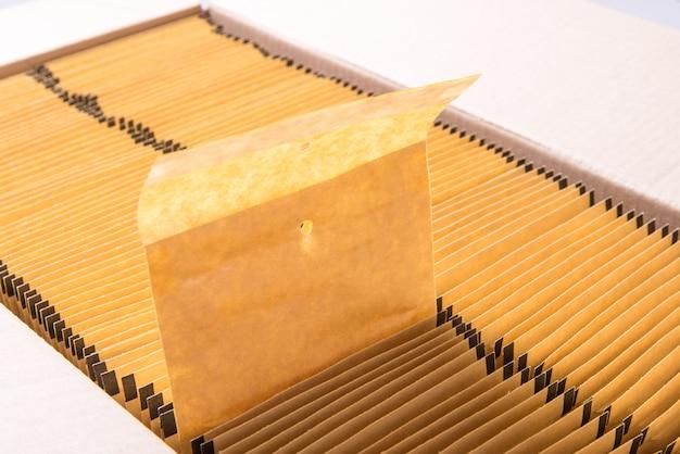 Lote de sobres postales de papel marrón en caja de cartón