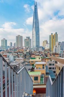 Lotte world tower y paisaje urbano con cielo azul nublado en invierno