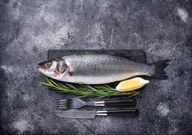 Lubina de pescado crudo con limón y romero
