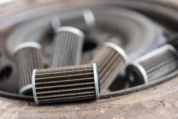 Lubricante viejo filtro de aceite del motor en el garaje del coche