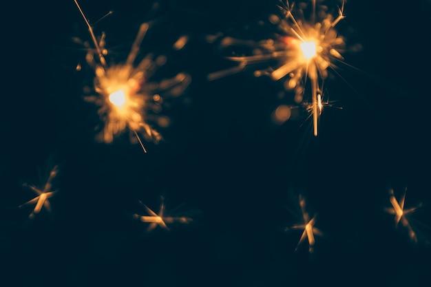 Luces de bengala ardientes aisladas sobre fondo oscuro