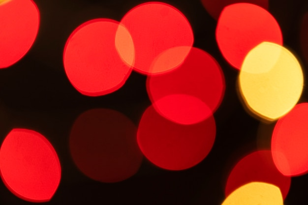 Luces bokeh rojas y amarillas sobre un fondo oscuro