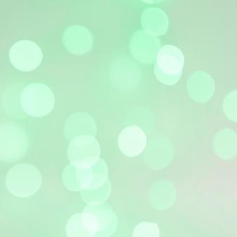 Luces de bokeh sobre fondo verde