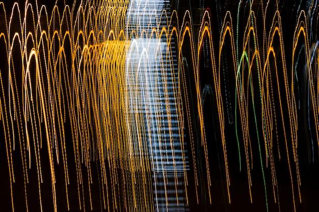 Luces borrosas y abstractas, manipulación de la luz en la oscuridad.