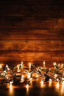 Luces brillantes en el fondo de madera