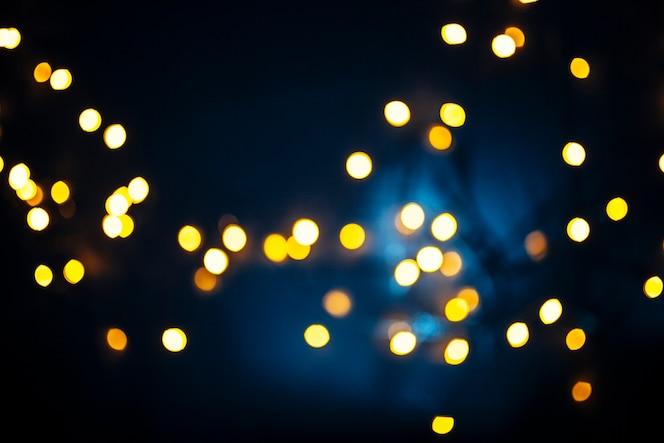 Luces brillantes sobre fondo azul oscuro
