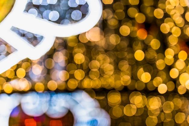 Luces de brillo bastante abstracto con fondo bokeh desenfocado