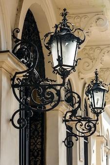 Luces de la calle en el centro del edificio