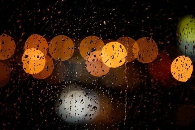 Luces de la ciudad de noche borrosa