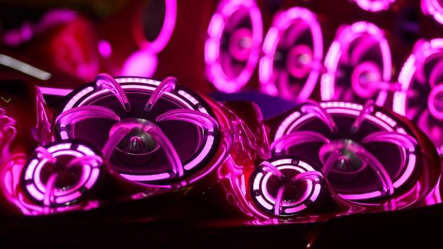 Luces coloridas de estéreo y altavoces decorativos en coche.