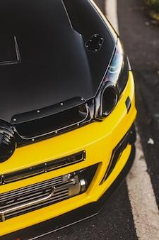 Luces delanteras de xenón de un coche negro amarillo. vista superior.