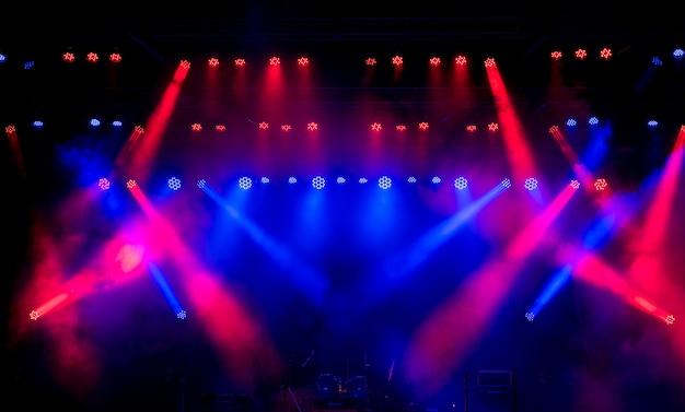 Luces de escenario varios proyectores en la oscuridad.