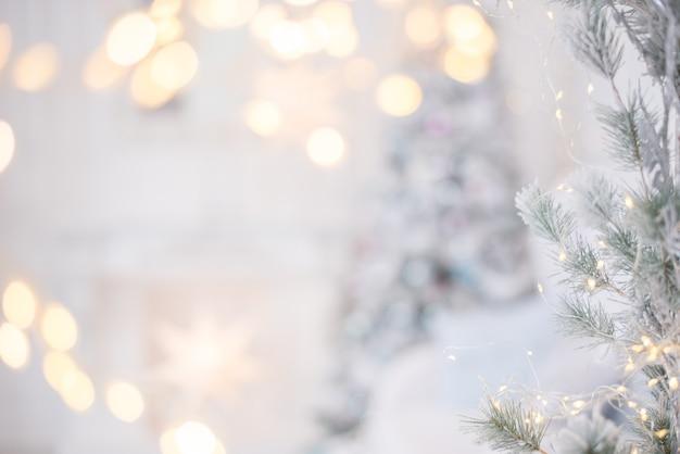 Luces y guirnaldas sobre un fondo gris nieve.