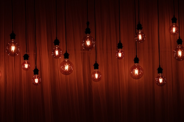 Luces de navidad aisladas. guirnaldas de lámparas en madera