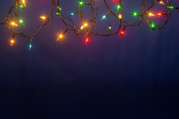 Luces de navidad sobre fondo azul con copyspace