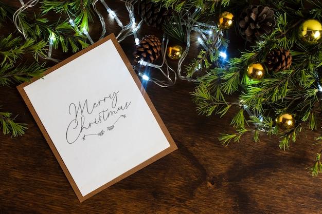 Luces navideñas con maqueta de tarjeta