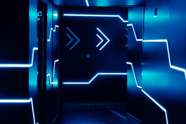 Luces de neón a la entrada de un club nocturno. luces azules brillantes