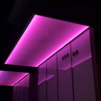 Luces de neón rosa en una habitación.