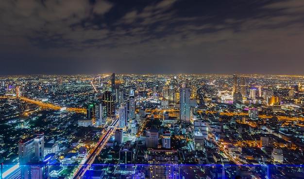 Las luces de la noche y la noche de bangkok cuando se ve desde una esquina