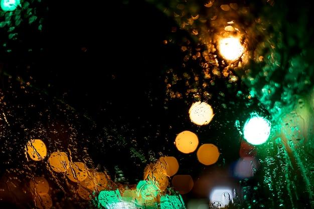 Luces nocturnas borrosas en la ciudad