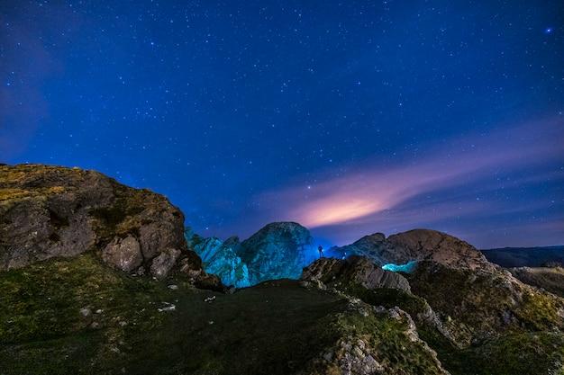 Luces nocturnas en la hermosa montaña de aiako harria en oiartzun