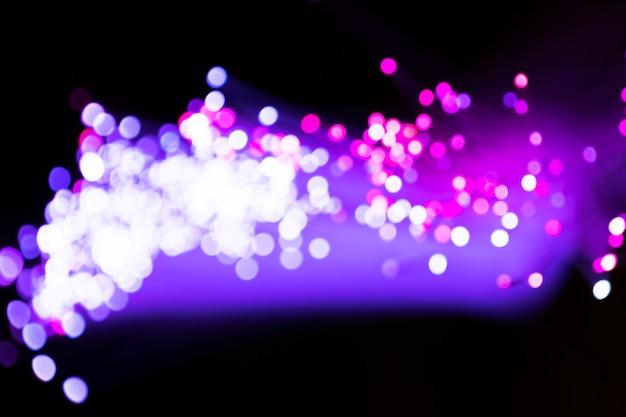 Luces púrpuras borrosas de fibra óptica