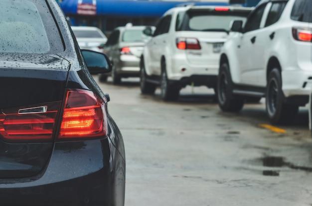 Luces traseras de coches, atascos de tráfico durante las horas pico.
