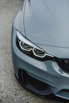 Luces de xenón delanteras sedan deportivas color plata.