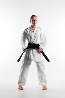 Luchador con cinturón negro tiro completo