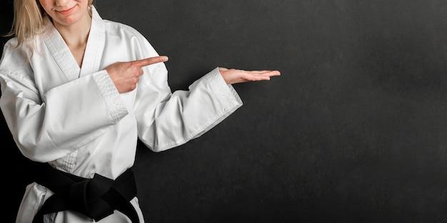Luchador irreconocible apuntando al espacio de copia