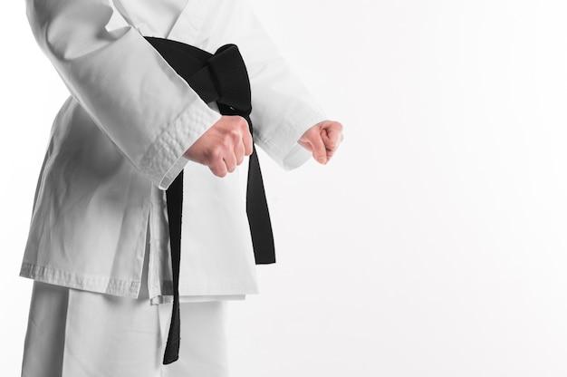 Luchador de karate con espacio de copia