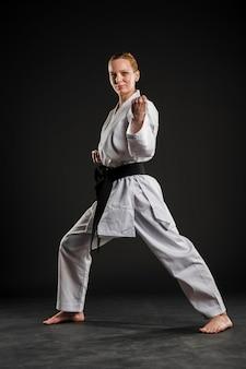 Luchador de karate femenino realizando