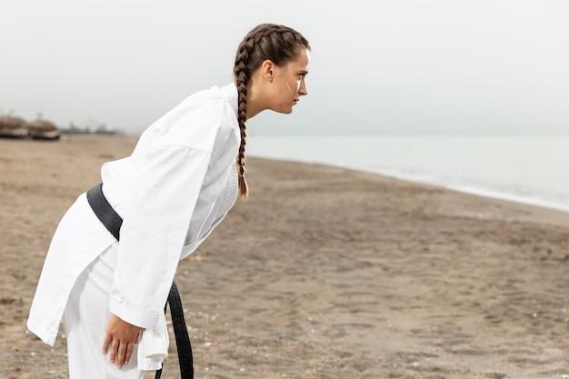 Luchador de kung fu en traje de artes marciales